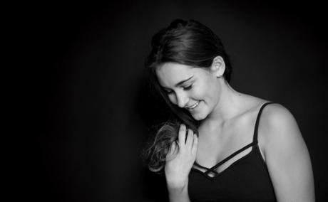 wunderschönes Frauenfoto in schwarz-weiß