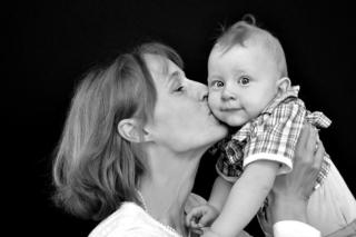 fotografie-Mama-kueßt-baby