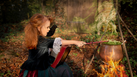 Kleine Hexe braut zaubertrank